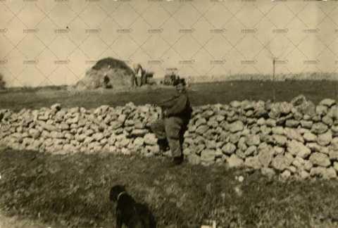 Soldat français armé proche d'un chantier