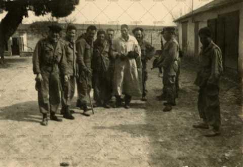 Photographie de groupe, algérien et soldats français
