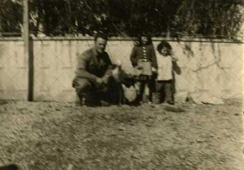 Soldat français avec des enfants et une cigogne