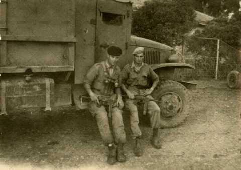 Soldats français près d'un camion