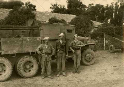 Soldats posant devant un engin militaire