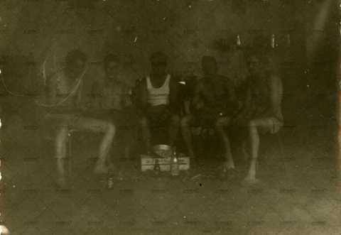Photographie de groupe, soldats au repos