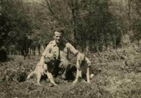 Soldat français avec deux chiens