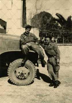Soldats français près d'un engin militaire