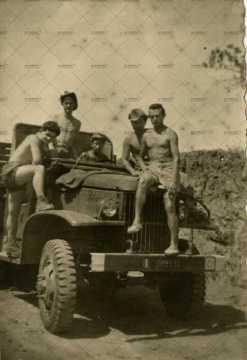 Soldats français à bord d'un engin militaire