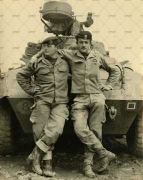 Portrait de deux soldats français devant un char militaire