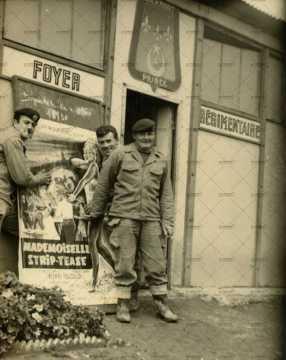 Soldats posant devant le foyer régimentaire, affiche de film