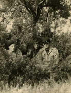Trois soldats dans les bosquets
