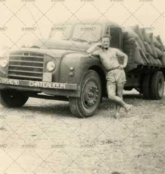 Portrait d'un soldat accoudé à un camion