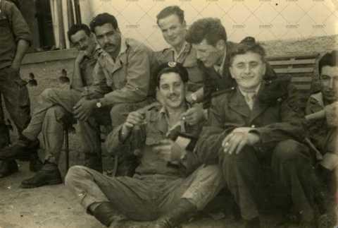 Photographie de groupe, soldats français au repos