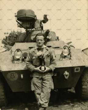 Portrait d'un soldat devant un char d'assaut