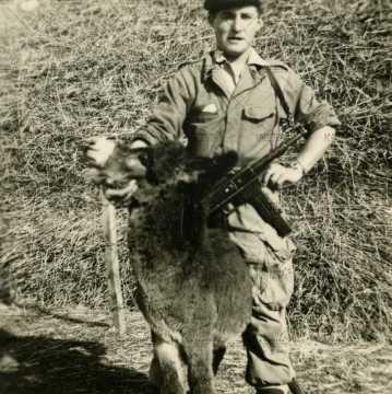 Soldat français armé avec un âne