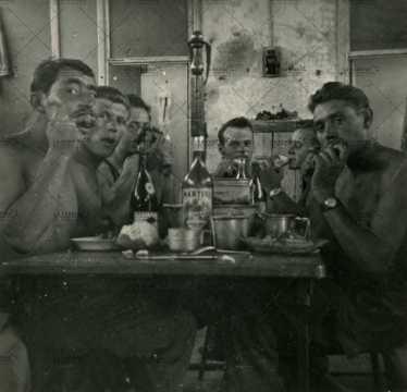 Moment de convivialité entre soldats français