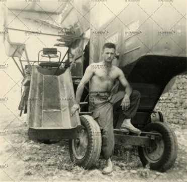 Soldat posant devant un engin