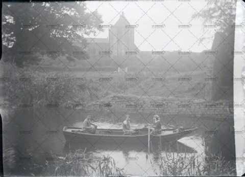 Enfants sur une barque