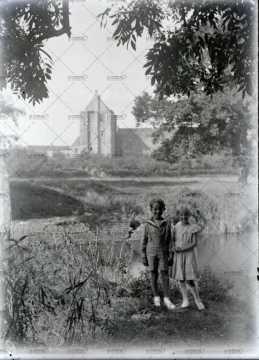 Deux enfants au bord de l'eau