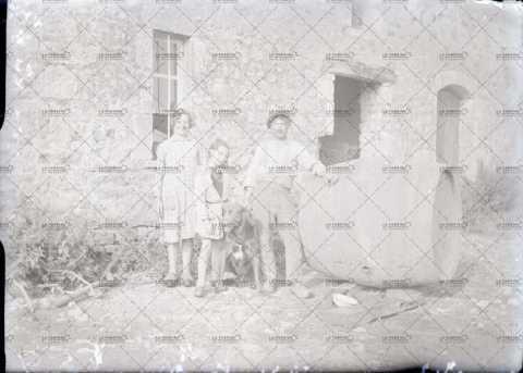 Famille à côté d'un tonneau