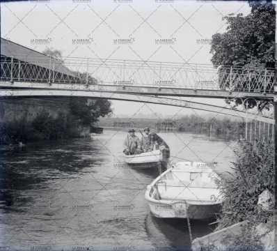 Barques sur une rivière