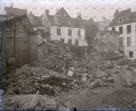 Caen en ruines, cour de la Monnaie