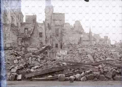 Caen en ruines, angle Place Saint-Pierre - boulevard des Alliés
