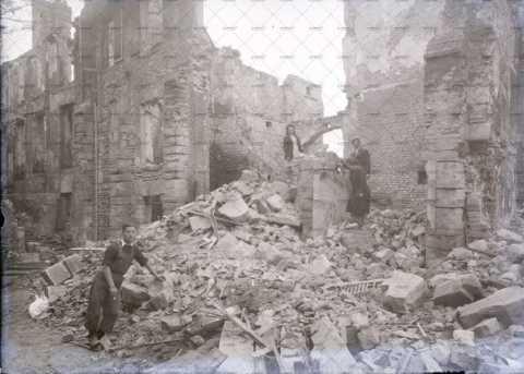 Caen en ruines, victimes au milieu des décombres