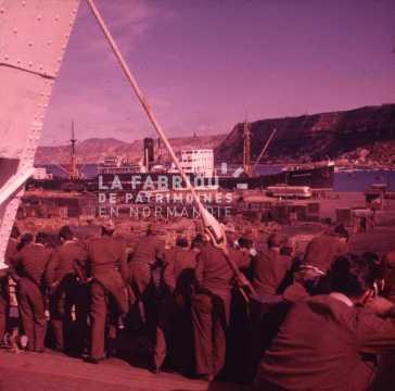 Groupe d'appelés dans un port en Algérie