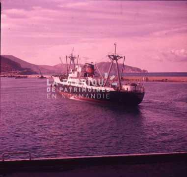 Navire marchand dans un port algérien durant la guerre d'indépendance
