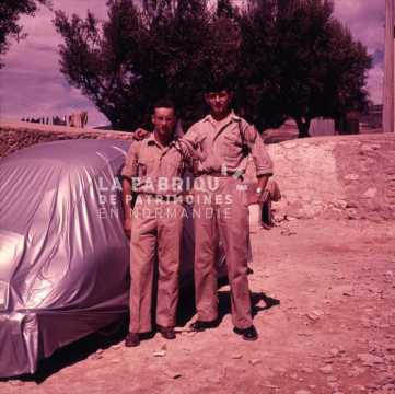 Appelés de la guerre d'Algérie posant dans leur cantonnement à Sidi Bel Abbès.