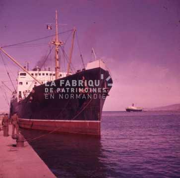 Navire marchand amarré au port durant la guerre d'Algérie