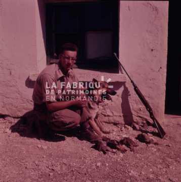 Appelé de la guerre d'Algérie posant avec son chien après une partie de chasse