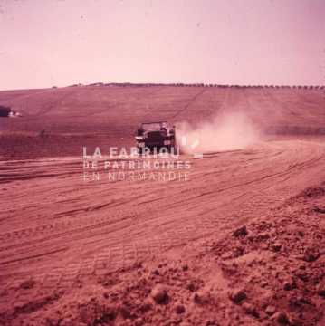 Véhicule militaire sur une piste en Algérie