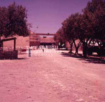 Entrée d'une ferme fortifiée par l'armée française en Algérie