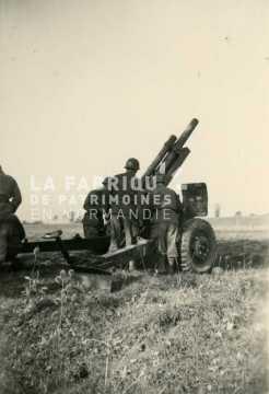 Soldats français en exercice avec un canon M2 de 105 mm