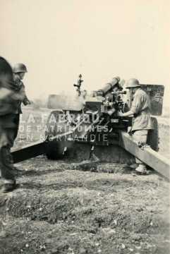 Soldats français s'entraînant au tir de canon M2 de 105 mm