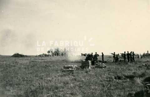 Batterie d'artillerie de canons M2 de 105 mm lors d'un entrainement militaire