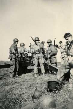 Soldats français lors d'un entrainement de tir au canon de 105 mm
