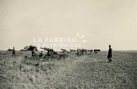Batterie d'artillerie de canon de 105 mm en entrainement