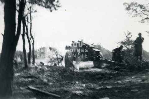 Soldats français tirant au canon m 2 de 105 mm