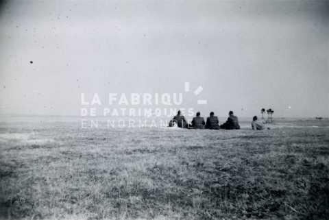 Soldats français observant un tir d'artillerie durant un entrainement militaire