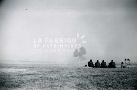 Soldats français observant une explosion lors d'une séance de tir au canon