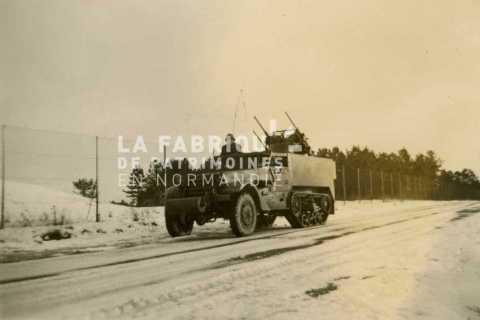 Half track m3 équipé d'une tourelle de défense anti-aérienne avec 4 canons de 12.7mm