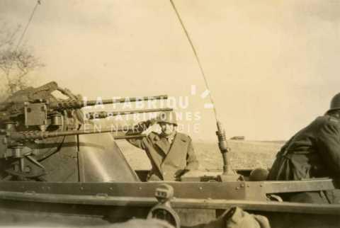 Soldat au garde à vous dans un half track m3 équipée d'une tourelle de défense anti-aérienne de quatre canons de 12.7 mm