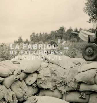 Soldat français derrière un bunker en sacs de sable lors d'un entrainement militaire