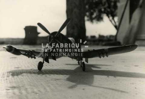 Maquette miniature d'un avion américain F4 U corsair
