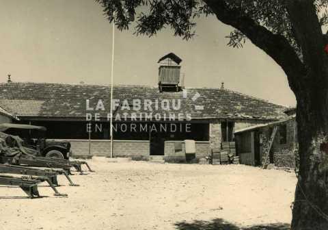 Ferme transformée en base militaire française en Algérie.