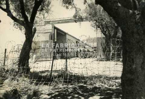 Entrée d'une ferme transformée en base militaire en Algérie