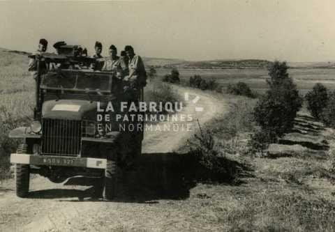 Camion militaire GMC avec des soldats en Algérie