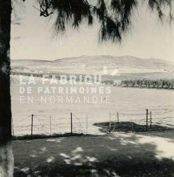 Champs algériens près d'une ferme fortifiée française