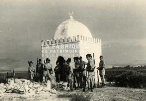 Soldats français devant un édifice religieux en Algérie