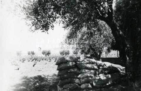 Position fortifiée devant une ferme réquisitionnée par l'armée française en Algérie